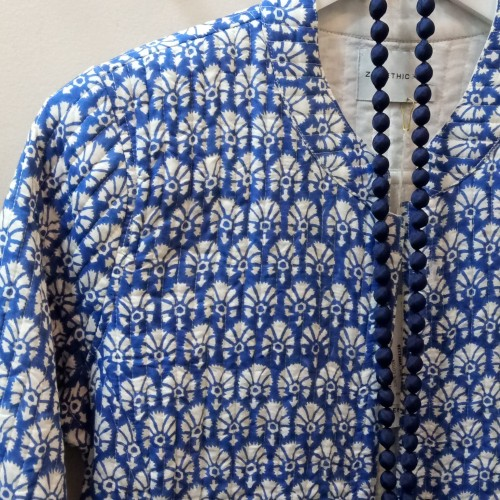 ZE chaqueta acolchada block print detalle